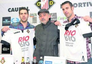 Naya, Roberto Ardura y Abraham, en la presentación de ambos jugadores por el Caudal de Mieres. :: J. M. PARDO
