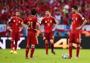 Los futbolistas españoles se disponen a sacar de centro tras un gol de Chile :: Goal.com