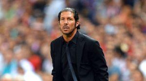 Simeone sigue con atención un partido :: teinteresa.com