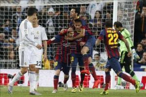 Messi y Neymar celebran uno de los tantos del Barcelona :: EFE