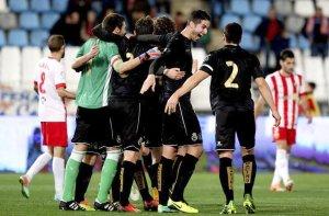 Los jugadores del Racing celebran su pase a los cuartos de final de la Copa del Rey en Almería. Foto: EFE